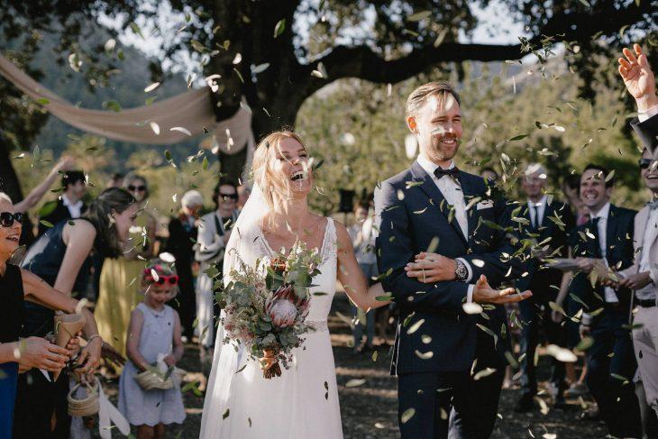 Braut und Bräutigam werden beim Auszug mit Olivenblättern gefeiert