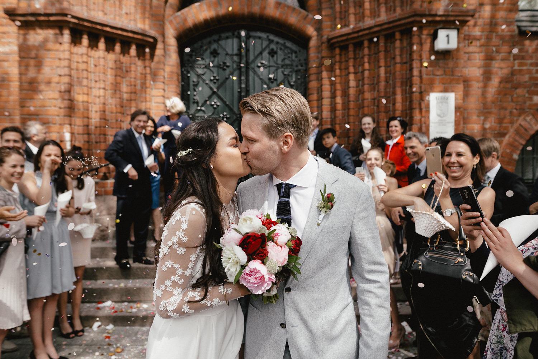 Kuss vor dem Standesamt Schmargendorf bei Hochzeit in Berlin